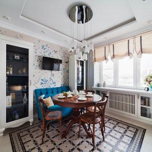 Неиссякаемый источник вдохновения для домашнего уюта: кухня-столовая в классическом стиле с разноцветными стенами