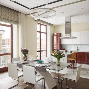 Неиссякаемый источник вдохновения для домашнего уюта: большая гостиная-столовая в современном стиле с бежевыми стенами, коричневым полом и темным паркетным полом без камина