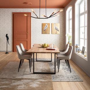 На фото: столовые в современном стиле с светлым паркетным полом, бежевым полом и серыми стенами