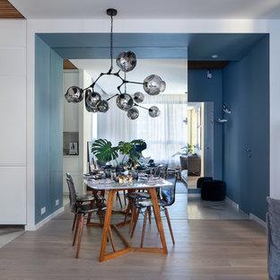 Пример оригинального дизайна: столовая в современном стиле с синими стенами, коричневым полом и паркетным полом среднего тона