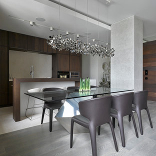Immagine di una sala da pranzo aperta verso la cucina design con parquet chiaro