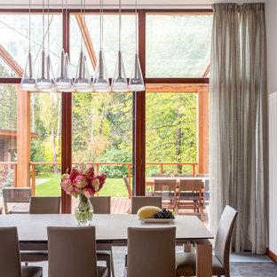 Ispirazione per una sala da pranzo aperta verso la cucina di medie dimensioni con pareti bianche, pavimento in gres porcellanato e pavimento viola