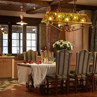 Свежая идея для дизайна: кухня-столовая в стиле кантри с коричневыми стенами, темным паркетным полом и коричневым полом - отличное фото интерьера