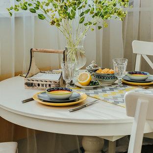 Immagine di una piccola sala da pranzo aperta verso la cucina mediterranea con pareti gialle, pavimento in gres porcellanato e pavimento marrone