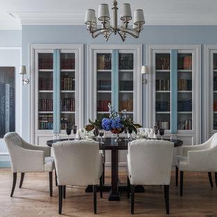 Неиссякаемый источник вдохновения для домашнего уюта: гостиная-столовая в стиле современная классика с синими стенами, паркетным полом среднего тона и коричневым полом