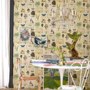 Новые идеи обустройства дома: столовая в стиле шебби-шик с паркетным полом среднего тона, коричневым полом и разноцветными стенами