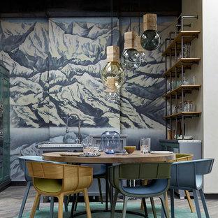 Выдающиеся фото от архитекторов и дизайнеров интерьера: кухня-столовая в современном стиле с серым полом, синими стенами и паркетным полом среднего тона