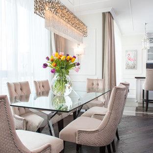 Diseño de comedor clásico, abierto, con paredes blancas y suelo de madera oscura