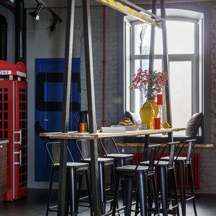 Стильный дизайн: большая гостиная-столовая в стиле лофт с серыми стенами, полом из линолеума и серым полом - последний тренд