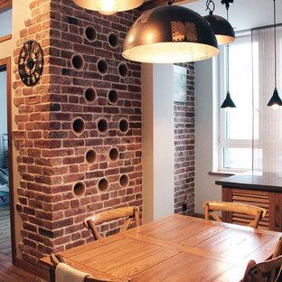 Неиссякаемый источник вдохновения для домашнего уюта: столовая в стиле лофт с коричневыми стенами