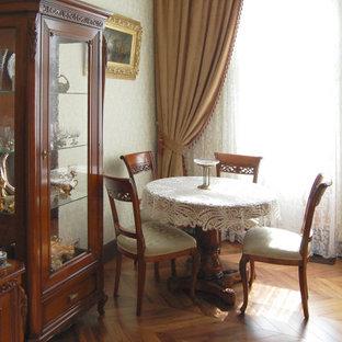 Пример оригинального дизайна: столовая среднего размера в классическом стиле с зелеными стенами, паркетным полом среднего тона и коричневым полом