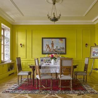 Inredning av en eklektisk matplats, med gula väggar och ljust trägolv
