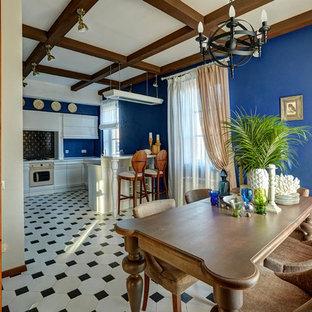 Свежая идея для дизайна: кухня-столовая в средиземноморском стиле с синими стенами и разноцветным полом - отличное фото интерьера