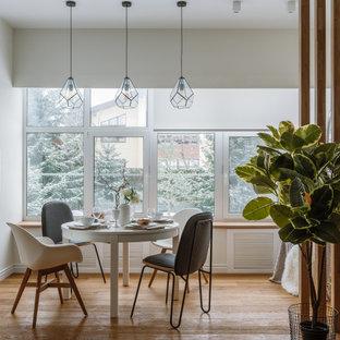 Неиссякаемый источник вдохновения для домашнего уюта: большая отдельная столовая в скандинавском стиле с белыми стенами, паркетным полом среднего тона и коричневым полом