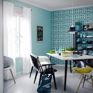 Создайте стильный интерьер: столовая среднего размера в современном стиле с разноцветными стенами и серым полом без камина - последний тренд