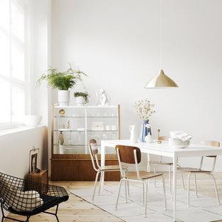 Неиссякаемый источник вдохновения для домашнего уюта: столовая в скандинавском стиле с белыми стенами, бежевым полом и полом из фанеры