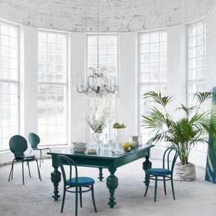 Выдающиеся фото от архитекторов и дизайнеров интерьера: столовая среднего размера в стиле фьюжн с белыми стенами и серым полом без камина