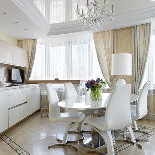 Idee per una sala da pranzo aperta verso il soggiorno eclettica di medie dimensioni con pareti beige, pavimento con piastrelle in ceramica e pavimento multicolore
