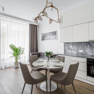 Источник вдохновения для домашнего уюта: гостиная-столовая среднего размера в современном стиле с белыми стенами, паркетным полом среднего тона и коричневым полом