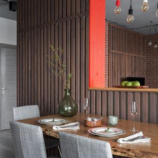Diseño de comedor actual, pequeño, sin chimenea, con paredes marrones y suelo laminado