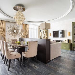 Foto di una grande sala da pranzo aperta verso il soggiorno tradizionale con pareti beige, parquet scuro e pavimento nero