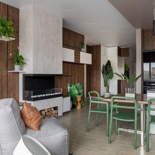 Свежая идея для дизайна: маленькая гостиная-столовая в современном стиле с бежевыми стенами, полом из керамогранита, фасадом камина из штукатурки, бежевым полом, горизонтальным камином и деревянными стенами - отличное фото интерьера