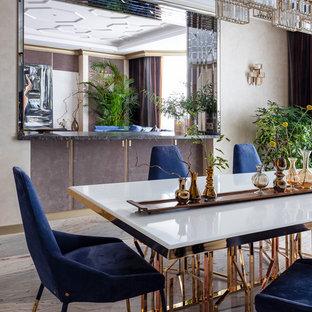 Стильный дизайн: столовая в современном стиле с бежевыми стенами и разноцветным полом без камина - последний тренд