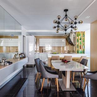 Свежая идея для дизайна: кухня-столовая в современном стиле с черным полом без камина - отличное фото интерьера