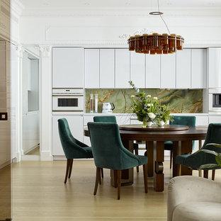 На фото: кухни-столовые в современном стиле с светлым паркетным полом, бежевым полом и белыми стенами
