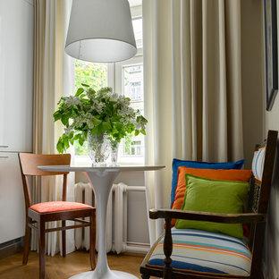 Идея дизайна: маленькая кухня-столовая в стиле ретро с бежевыми стенами, паркетным полом среднего тона и коричневым полом