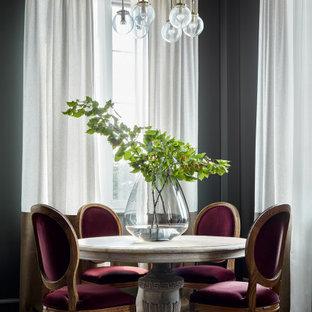 Свежая идея для дизайна: столовая в классическом стиле с черными стенами, светлым паркетным полом и бежевым полом - отличное фото интерьера