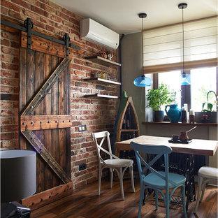 Diseño de comedor de cocina rural, pequeño, con paredes rojas, suelo de madera oscura y suelo marrón