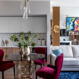Неиссякаемый источник вдохновения для домашнего уюта: гостиная-столовая среднего размера в современном стиле с белыми стенами, полом из керамогранита и бежевым полом