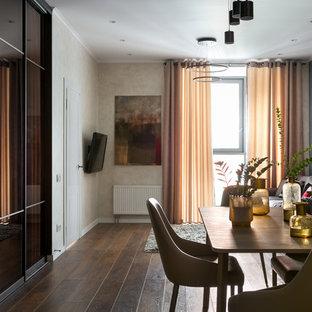 Immagine di una sala da pranzo aperta verso la cucina contemporanea di medie dimensioni con pavimento in laminato e pavimento marrone