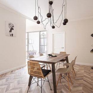 Неиссякаемый источник вдохновения для домашнего уюта: гостиная-столовая в современном стиле с белыми стенами, паркетным полом среднего тона и коричневым полом
