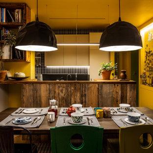 Стильный дизайн: кухня-столовая среднего размера в стиле фьюжн с желтыми стенами, паркетным полом среднего тона и коричневым полом - последний тренд