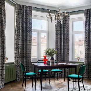Стильный дизайн: гостиная-столовая в стиле фьюжн с зелеными стенами, паркетным полом среднего тона и коричневым полом - последний тренд