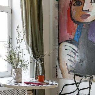 Пример оригинального дизайна: столовая в стиле фьюжн с белыми стенами, бежевым полом и паркетным полом среднего тона