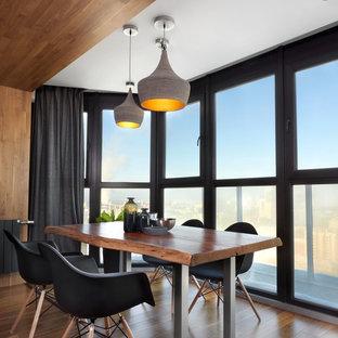 Новый формат декора квартиры: гостиная-столовая в современном стиле с темным паркетным полом и коричневым полом