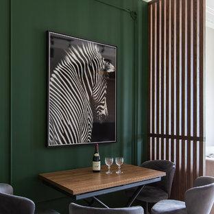 Идея дизайна: столовая в современном стиле с зелеными стенами, паркетным полом среднего тона и бежевым полом