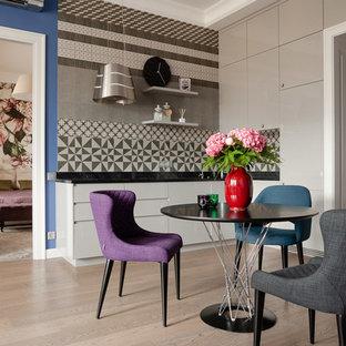 На фото: гостиные-столовые в современном стиле с бежевым полом и светлым паркетным полом