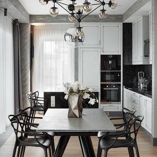 Неиссякаемый источник вдохновения для домашнего уюта: гостиная-столовая в современном стиле с серыми стенами, светлым паркетным полом и бежевым полом