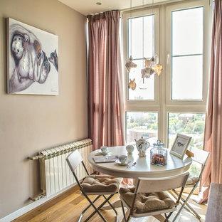 Stilmix Wohnküche ohne Kamin mit beiger Wandfarbe, braunem Holzboden und gelbem Boden in Sonstige