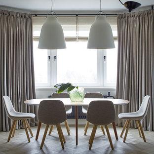 Создайте стильный интерьер: гостиная-столовая среднего размера в скандинавском стиле с белыми стенами, светлым паркетным полом и бежевым полом - последний тренд