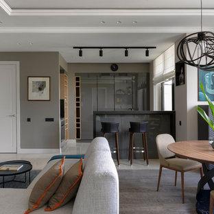Неиссякаемый источник вдохновения для домашнего уюта: большая гостиная-столовая в современном стиле с серыми стенами, паркетным полом среднего тона и коричневым полом