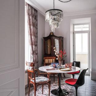 Inspiration för mellanstora eklektiska kök med matplatser, med vita väggar, klinkergolv i porslin och flerfärgat golv