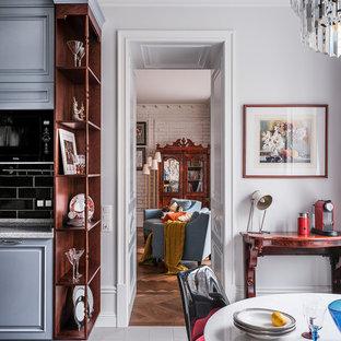 Esempio di una sala da pranzo aperta verso la cucina chic di medie dimensioni con pareti bianche, pavimento in gres porcellanato e pavimento multicolore