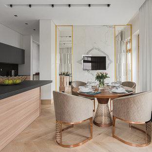 Новые идеи обустройства дома: кухня-столовая в современном стиле с светлым паркетным полом, бежевым полом и белыми стенами