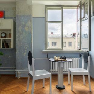 На фото: гостиная-столовая в стиле ретро с синими стенами, паркетным полом среднего тона и коричневым полом с