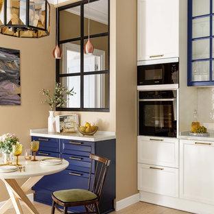 Пример оригинального дизайна: кухня-столовая среднего размера в стиле неоклассика (современная классика) с бежевым полом, бежевыми стенами и светлым паркетным полом